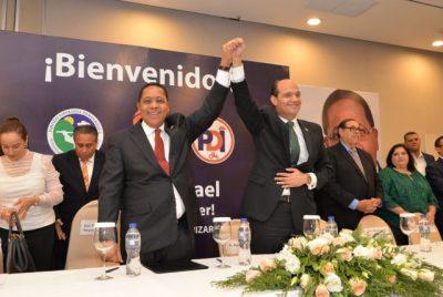 Ismael-Reyes-y-Ramfis-Domínguez-Trujillo-celebran-durante-el-acto-de-alianza.-e1517362752178