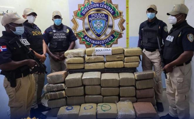 Miembros-de-la-DICAN-de-la-Policía-junto-a-los-paquetes-de-marihuana-ocupados-en-Santo-Domingo-Este.