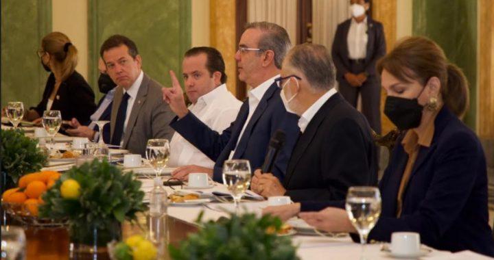 El-presidente-Abinader-y-otros-funcionarios-durante-una-rueda-de-prensa-este-10-de-marzo-en-el-Psalacio-Nacional.