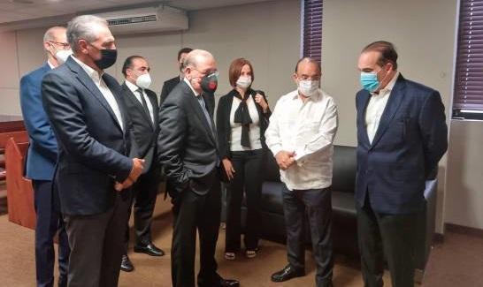 Danilo-Medina-junto-a-otras-personas-da-el-pésame-a-Federico-Antún-Batlle.